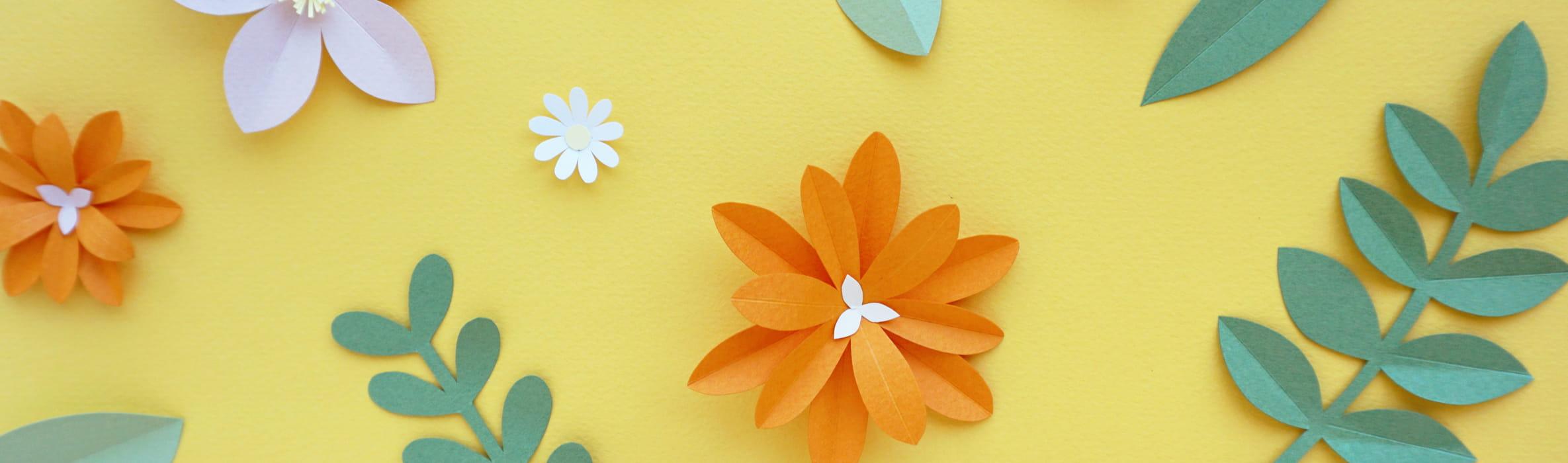 Uit papier gesneden planten, gele achtergrond