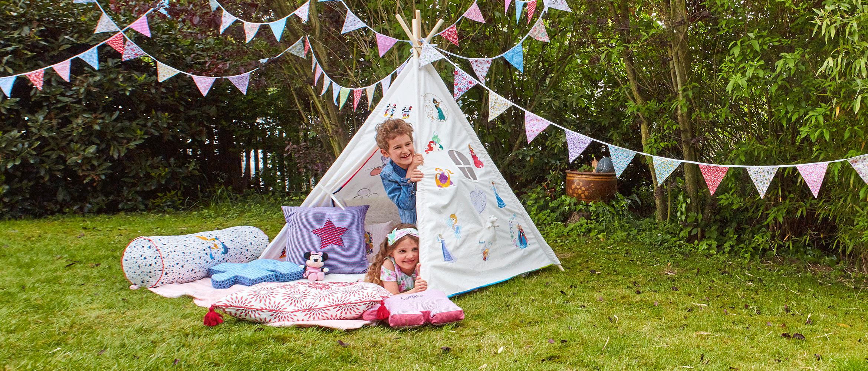 Meisje en jongen in een tent met Disney-borduurpatronen