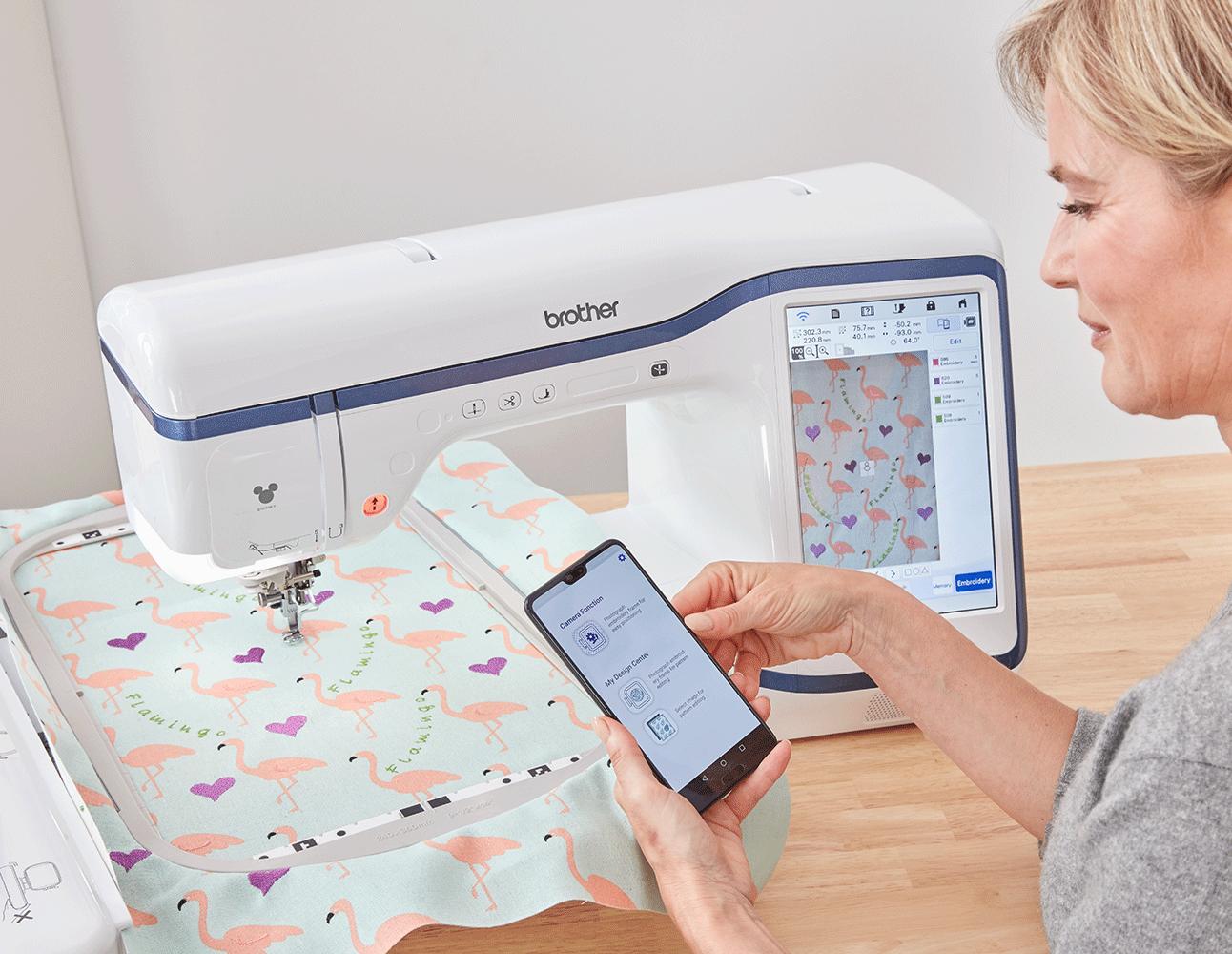 Vrouw met een telefoon met My Design Snap en Stellaire-borduurmachine