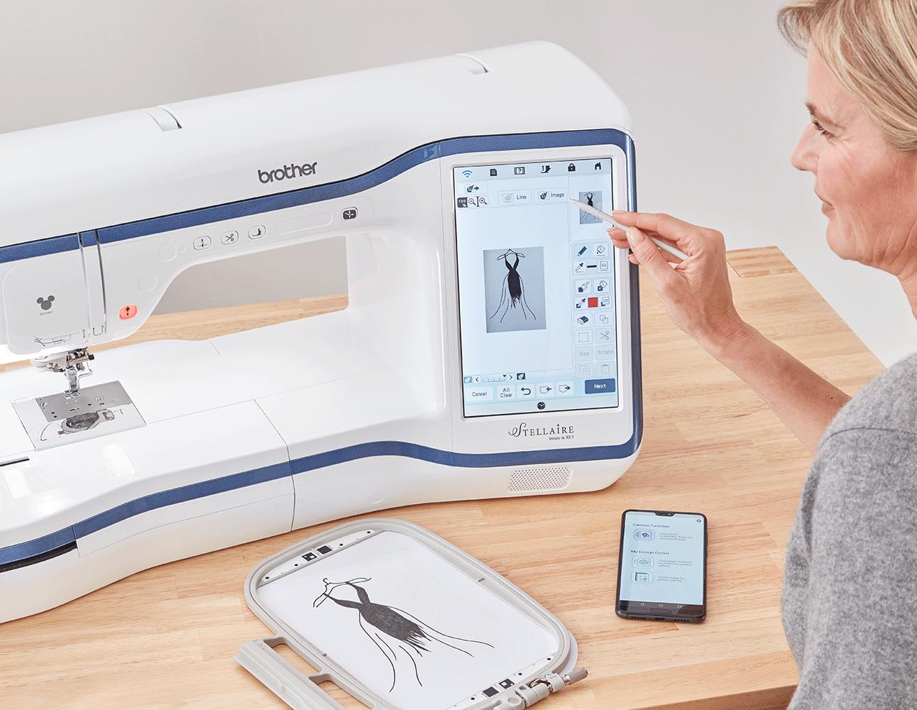 Schets van jurk in kader, smartphone met My Design app en Stellaire