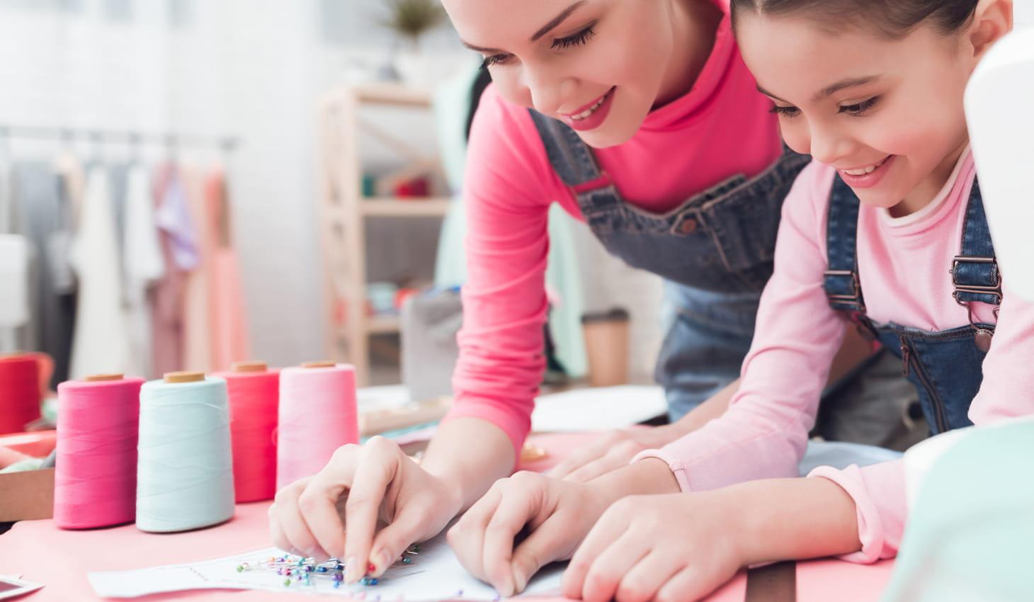 mère et enfant réalisant un ouvrage